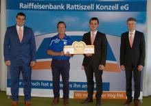 Das Bild zeigt die Raiffeisenbank-Vorstände Willibald Zollner und Christian Stahl, den Leiter der Geschäftsstelle Stallwang, Thomas Vogl und den TSV-Vorsitzenden Erwin Poiger